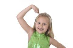 指向她的在身体局部的逗人喜爱的小女孩头学会学校绘制serie图表 免版税图库摄影