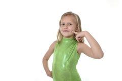 指向她的在身体局部的逗人喜爱的小女孩cheeck学会学校绘制serie图表 免版税图库摄影