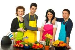 指向小组的快乐的主厨 免版税图库摄影