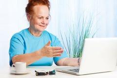 指向屏幕的高级夫人 免版税库存图片