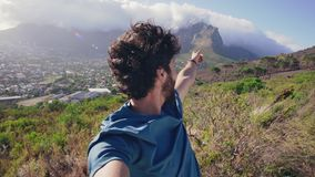指向山和挥动在照相机的一个人 股票录像