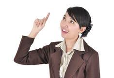 指向年轻人的美丽的商业主管女性 免版税库存图片