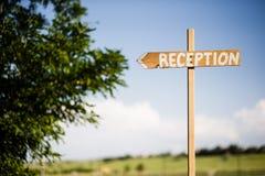 指向往招待会的婚礼标志 库存照片