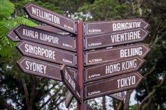 指向往目的地的路标在亚洲和澳大利亚 免版税库存照片