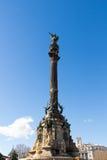 指向往美国的克里斯托弗・哥伦布的纪念碑在金黄日落期间在巴塞罗那,卡塔龙尼亚,西班牙 免版税图库摄影