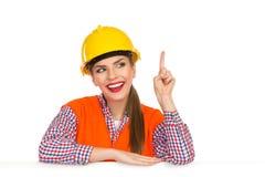 指向快乐的工作者的妇女  免版税图库摄影