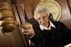 指向惊堂木的法官在法庭 库存照片