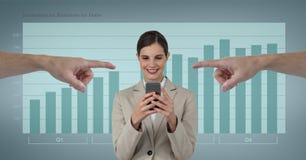 指向愉快的女商人的手使用她的电话反对与infographics的蓝色背景 库存图片