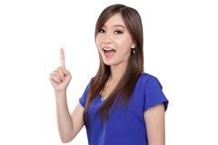 指向手指的亚裔妇女  免版税库存照片