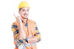 指向手指的快乐的年轻工程师一个好主意 免版税库存图片