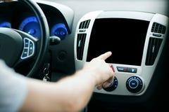 指向手指的男性手在汽车盘区的显示器 免版税库存照片