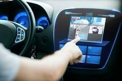 指向手指的男性手在汽车盘区的显示器 免版税图库摄影