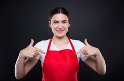 指向手指的超级市场雇员她自己 图库摄影