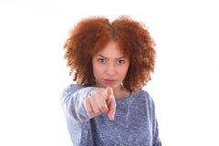 指向手指的年轻恼怒的非裔美国人的十几岁的女孩  免版税库存图片