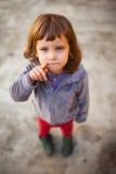 指向手指的滑稽的女孩 免版税库存图片