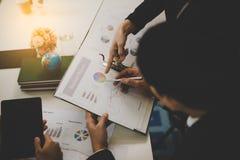 指向报告,图表,事务docum的商人的手 免版税库存照片