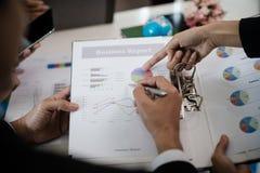 指向报告,图表,事务docum的商人的手 库存照片