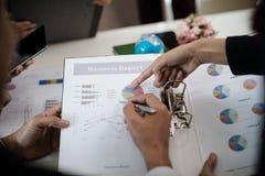 指向报告,图表,事务docum的商人的手 库存图片