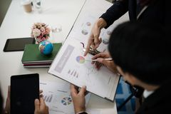 指向报告,图表,事务docum的商人的手 免版税库存图片