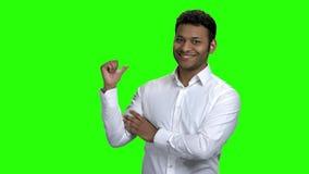 指向拷贝空间的年轻印度商人 股票视频