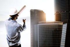 指向摩天大楼的建造者 免版税图库摄影