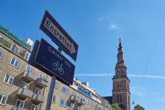 指向教会的一方式街道标志 免版税库存图片