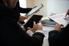 指向数字式片剂,图表,事务的商人的手 免版税库存照片