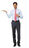 指向无形的产品的商人画象 免版税库存照片