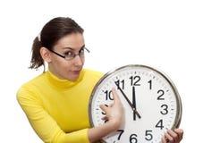 指向时钟时间查出的白色的妇女 免版税库存照片