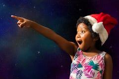 指向星的逗人喜爱的非洲女孩 免版税库存照片
