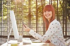 指向有笔的微笑的行家妇女的综合图象屏幕 免版税库存照片