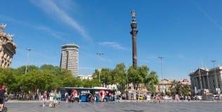 指向有touristst的克里斯托弗・哥伦布雕象美国 库存照片