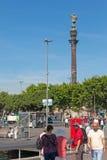 指向有touristst的克里斯托弗・哥伦布雕象美国 免版税库存图片