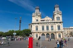 指向有touristst的巴塞罗那,西班牙的克里斯托弗・哥伦布雕象美国 库存图片