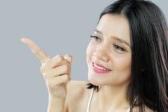 指向某事与她的手指的妇女 免版税库存图片