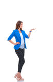 指向某事的年轻女商人画象  免版税库存照片