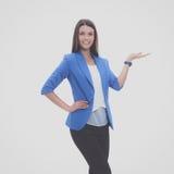 指向某事的年轻女商人画象  免版税图库摄影