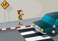 指向汽车的女孩在步行车道附近 免版税库存图片