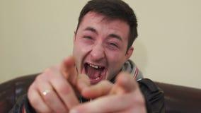 指向照相机的一个笑的人的画象 股票录像