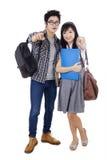 指向照相机的两名亚裔学生 免版税库存图片