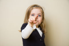 指向照相机的孩子 免版税库存照片