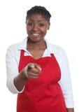 指向照相机的笑的非裔美国人的女服务员 库存照片