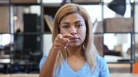 指向照相机,办公室的黑人妇女 股票视频