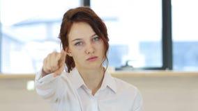 指向照相机,妇女在办公室 股票录像