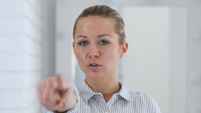 指向照相机,妇女画象在办公室 股票录像