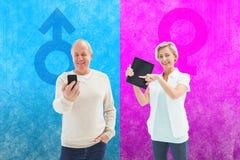 指向片剂个人计算机的愉快的成熟妇女的综合图象 免版税库存照片