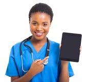指向片剂的非洲护士 免版税库存图片