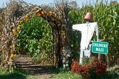 指向玉米迷宫的稻草人 免版税图库摄影