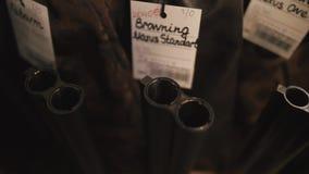 指向的双筒猎枪枪口-宏观射击 寻找步枪瞄准受害者 在目标的眼睛 影视素材