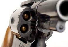 指向的左轮手枪38口径手枪被装载的圆筒枪管 免版税库存照片